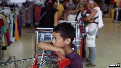 Supermarket queue in Caracas (27 Nov 2013)