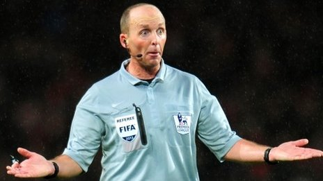 Referee Mike Dean really doesnt like Arsenal very much   graphical proof!