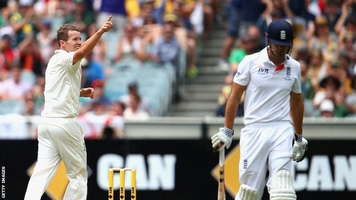 Peter Siddle dismisses Alastair Cook