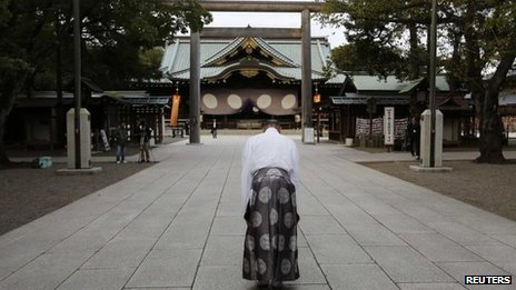 A Shinto priest bows at Yasukuni. Photo: October 2013