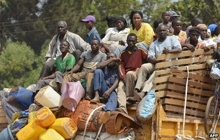 Chadian civilians fleeing Bangui in trucks