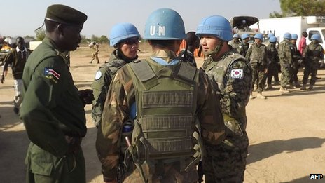 South Sudanese soldier loyal to President Salva Kiir talks to UN soldiers from South Korea at Bor airport, 25 December 2013