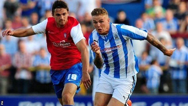 Un azione di gioco della sfida Leeds - Huddersfield Town