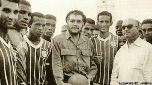 Che Guevara and Madureira players in Havana, 1963