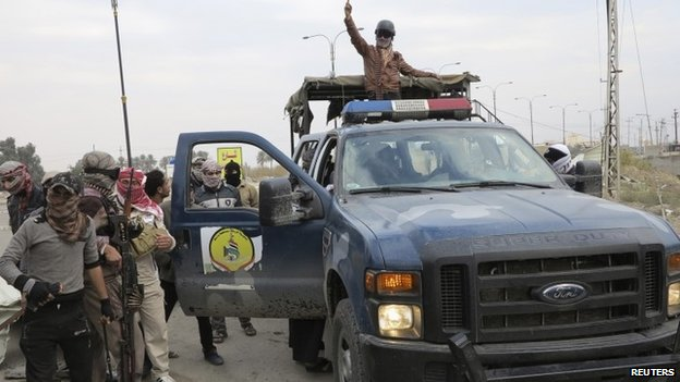 Gunmen take over a police vehicle in Ramadi 30/12/2013