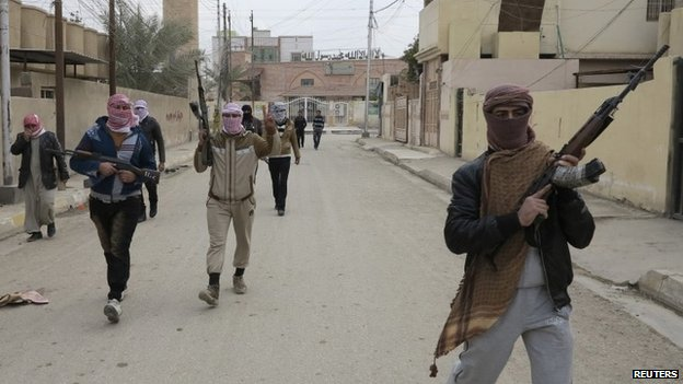 Gunmen  walk the streets of the city of Ramadi 30/12/2013