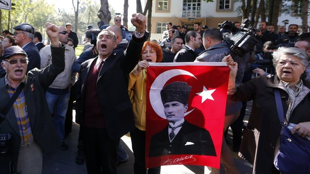 Relatives of detained military officers protest outside Ankara courthouse, 9 Oct 13