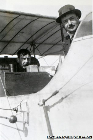 Smith (left) and aviator Alec Ogilvie mid-flight