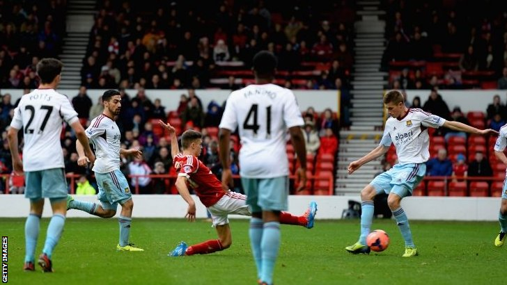 Jamie Paterson scores a second goal for Nottingham Forest