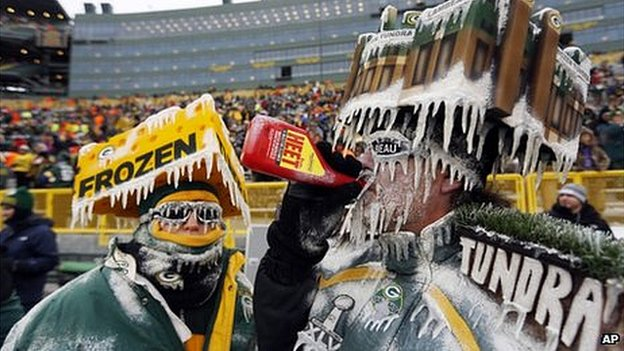Green Bay Packers fans deal with frigid temperatures before an NFL football game between the Green Bay Packers and the San Francisco 49ers, 5 January 2014