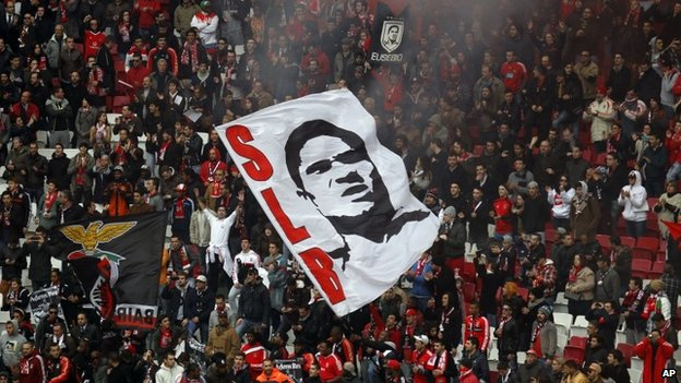 Benfica supporters cheer in tribute to Eusebio, who died on 6 January 2014