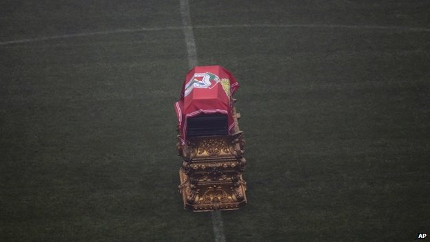 Eusebio's coffin at the centre of the pitch in the Luz Stadium in Lisbon, 6 January 2014