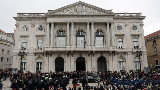 The hearse carrying Eusebio's coffin stops at Lisbon's city hall, 6 January 2014