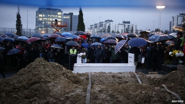Mourners wait for the Eusebio's funeral cortege at Lisbon's Lumiar cemetery, 6 January 2014