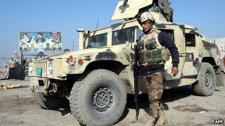 Iraqi soldiers monitor checkpoint west of Baghdad. 6 Jan 2014