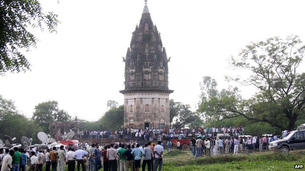 Indian onlookers watch as a team from state archaeological survey of India dig at the Raja Rao Ram Bux Singh temple at Daudiakala Khera village in the northern state of Uttar Pradesh October 18, 2013