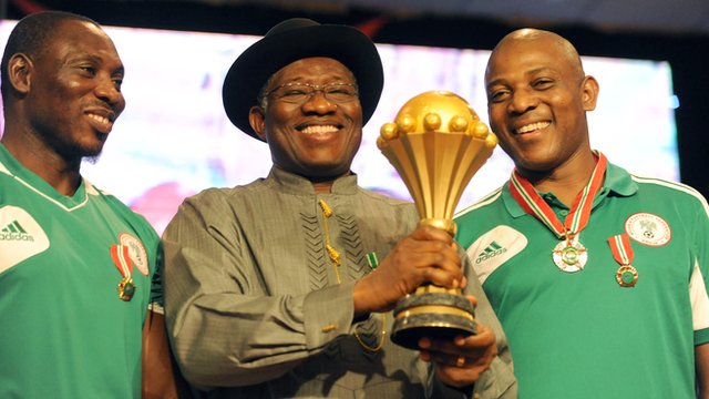 Nigeria assistant coach Daniel Amokachi (left) with President Goodluck Jonathan and coach Stephen Keshi