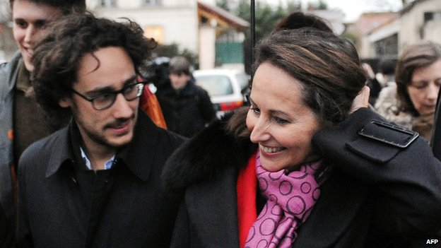 Segolene Royal (C) and her eldest son, Thomas Hollande (L), go door to door in Bagneux, outside Paris (9 May 2012)