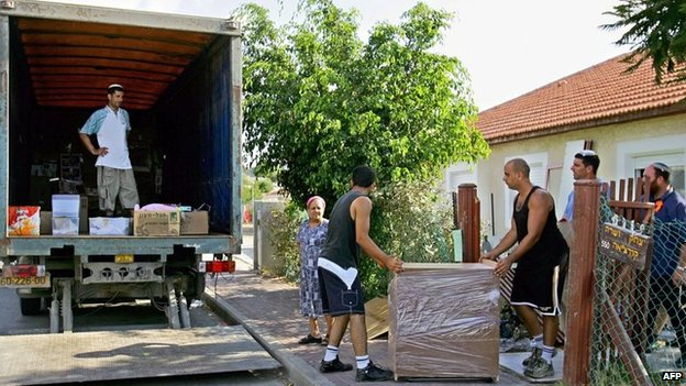 Jewish settlers move out of their house in the Gaza Strip settlement of Neve Dekalim (10 August 2005)