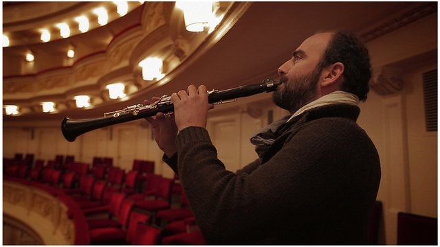 Kinan Azmeh playing the clarinet