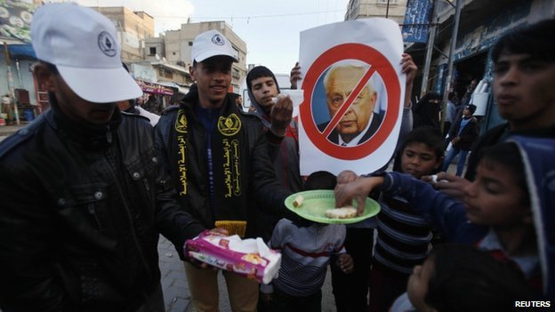Palestinians handing out sweets in Khan Younis in Gaza (11 Jan 2014)