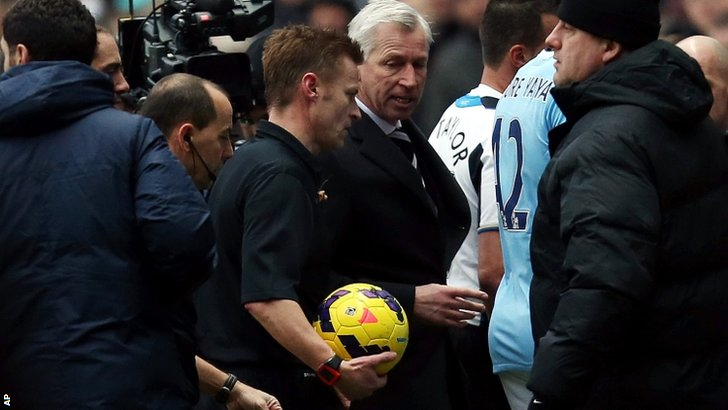 Newcastle boss Alan Pardew talks to the referee