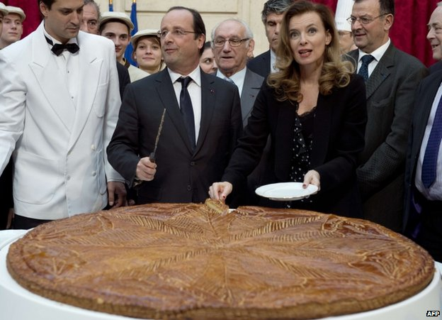French President Francois Hollande (centre) with Valerie Trierweiler at a cake-cutting ceremony at the Elysee palace, 7 January