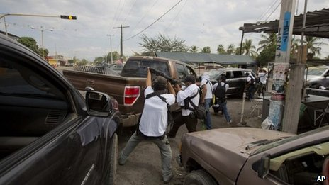 Michoacan vigilantes clash with drug cartel in Nueva Italia