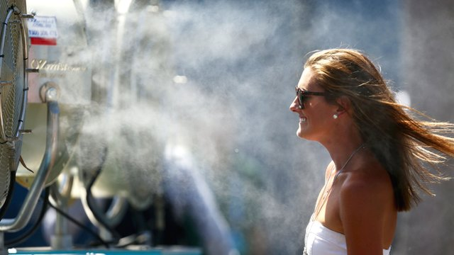 Fan cools off at 2014 Australian Open