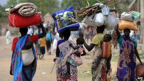 Displaced South Sudanese women walk towards a UN base in Malakal. Photo: 13 January 2014