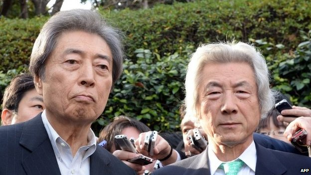 Former Japanese prime ministers Morihiro Hosokawa (L) and Junichiro Koizumi (R) speak to reporters after they met in Tokyo on 14 January 2013 as Hosokawa will run Tokyo gubernatorial election