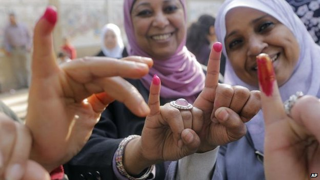 Voters show off ballot ink in Cairo, 14 Jan