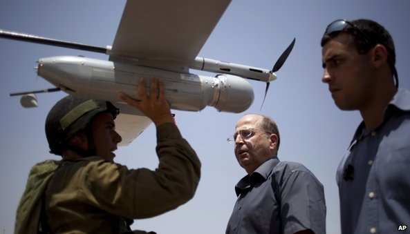 Israeli Defence Minister Moshe Yaalon (centre) at an urban warfare army training facility, near Zeelim, southern Israel (July 2013)