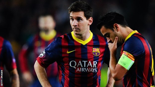 Barcelona forward Lionel Messi (l) and midfielder Xavi