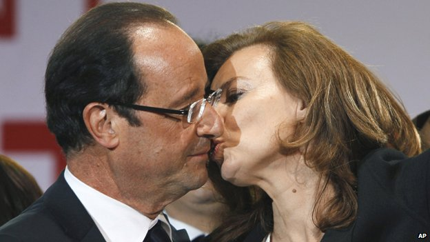 Francoise Hollande kissing his girlfriend, Valerie Trierweiler