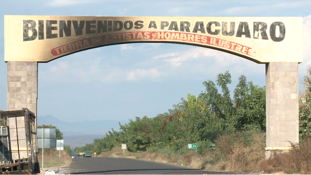 "Sign saying ""Welcome to Paracuaro"" (January 2014)"
