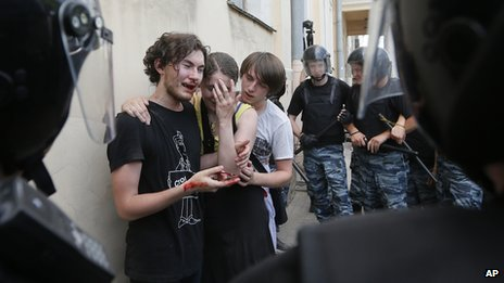 St Petersburg police guard gay rights activists who were attacked in street, 29 Jun 13