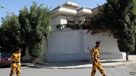 Yemeni soldiers stand guard outside Iran's embassy in Sanaa 18/01/2014