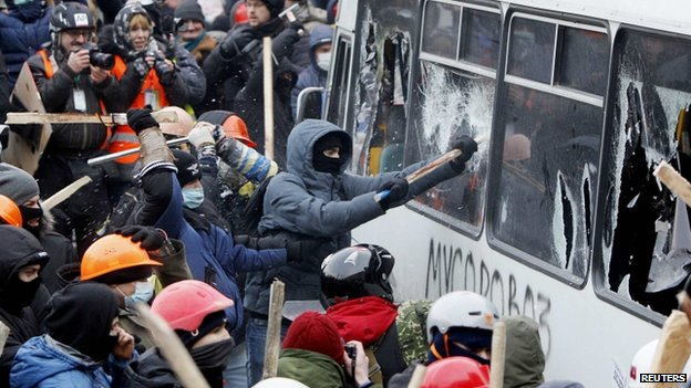 Pro-European protesters attack a police van during a rally near government administration buildings in Kiev 19/01/2014