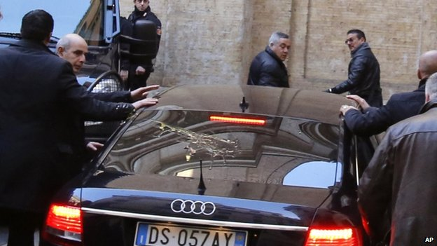 Silvio Berlusconi's car arriving at Democratic Party HQ (18 Jan)
