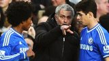 Chelsea manager Jose Mourinho talks to Willian and Oscar during the 3-1 win over Manchester United at Stamford Bridge
