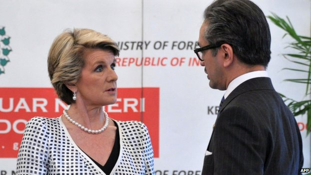 Indonesia and Australia foreign ministers, Marty Natalegawa (L) and Julie Bishop (R), at a meeting in Jakarta on 5 December 2013
