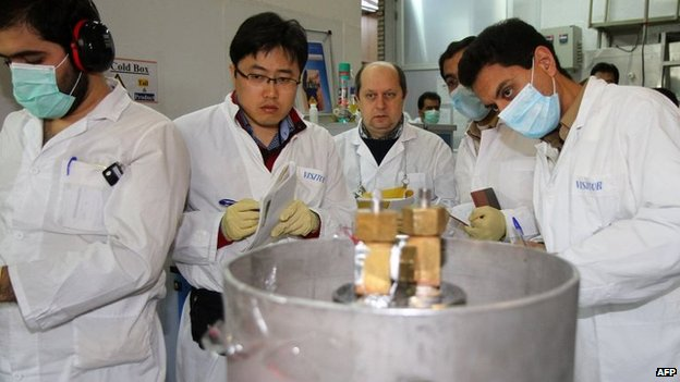 IAEA inspectors and Iranian technicians disconnect centrifuge cascades at the Natanz uranium enrichment facility (20 January 2014)