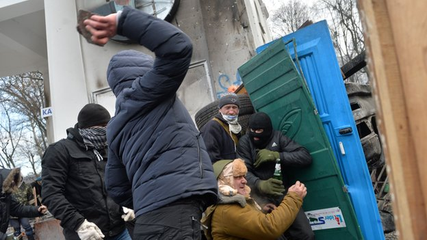 Protesters fighting police in Kiev, 20 Jan 14