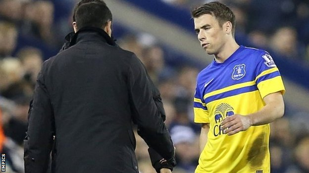 Everton manager Roberto Martinez (left) speaks with Seamus Coleman after he is brought off