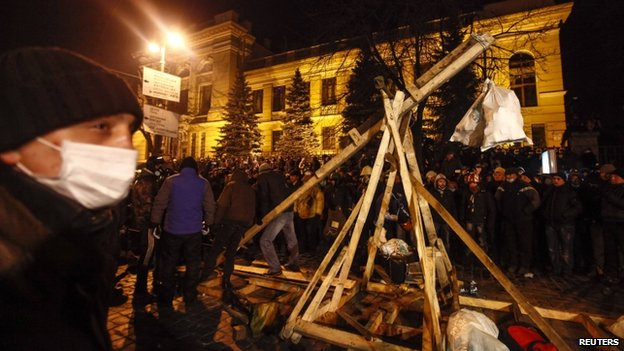 Anti-government protesters build a catapult to throw stones during clashes with police in Kiev, Ukraine, on Monday 20 January 2014