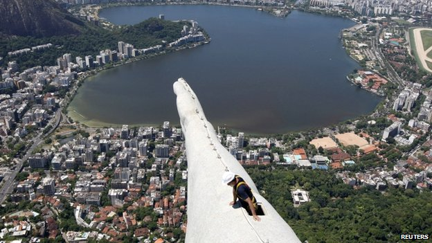 A worker inspects the Christ the Redeemer statue (21 January 2014)