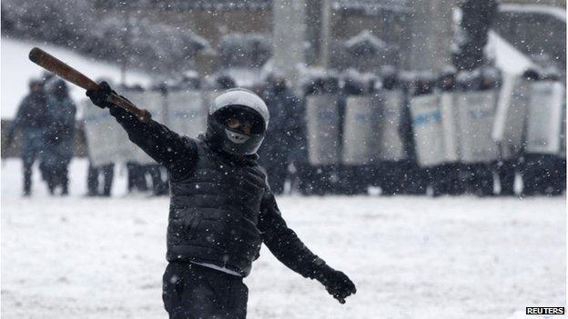 Protester in front of police lines in Kiev (22 Jan 2014)