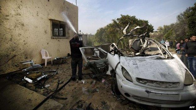 Two militants killed in Gaza Strip air strike - BBC News