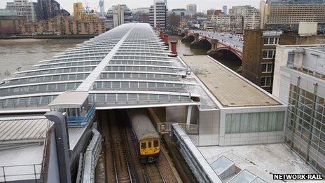 Solar Bridge Unveiled At Blackfriars Station Bbc News